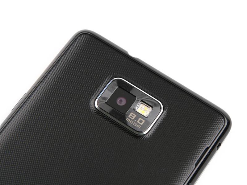 камера на задней панели Samsung Galaxy S II